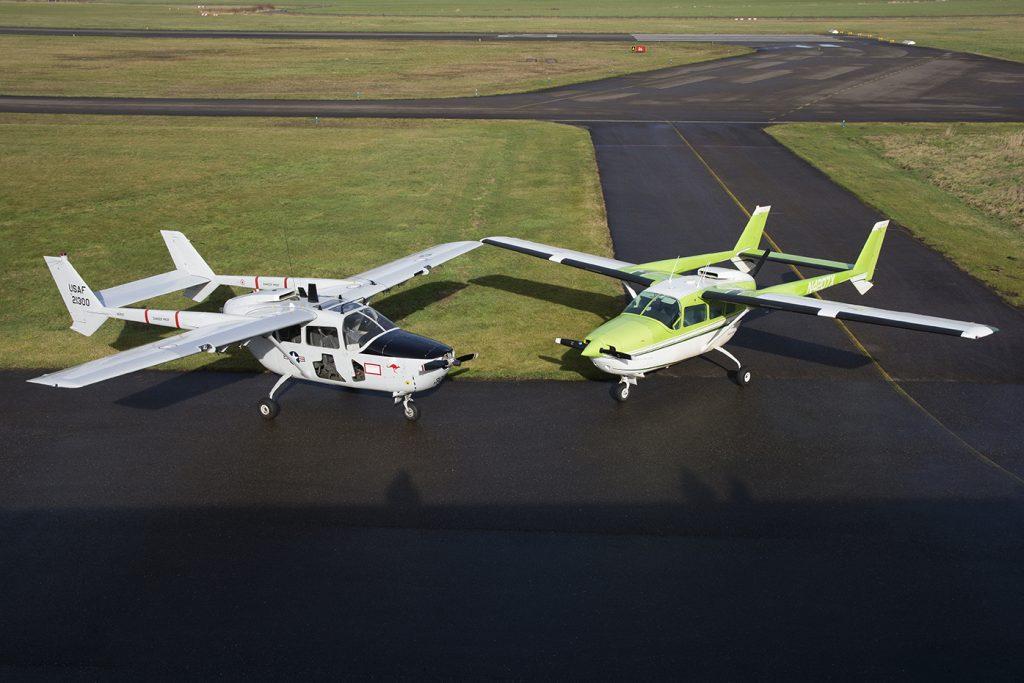 Twee Cessna Skymaster vliegtuigen naast elkaar.