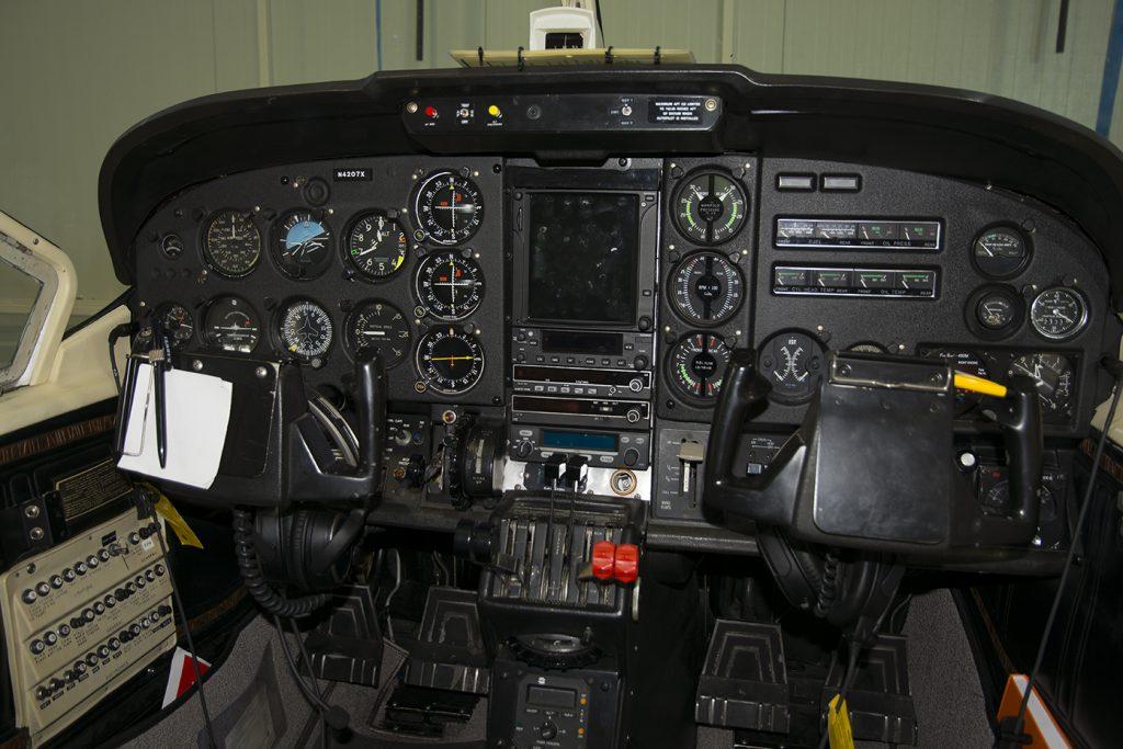 De cockpit van de Cessna 377 Skymaster met nieuw instrumentarium.