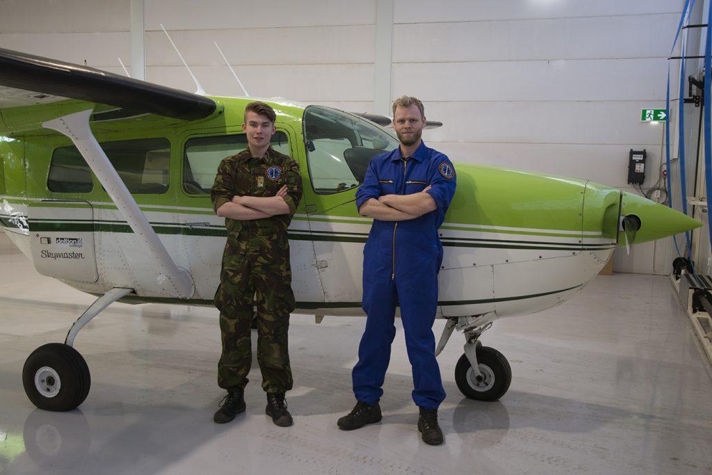 Deltion studenten Colin en Bas staand voor de Cessna 377 Skymaster.